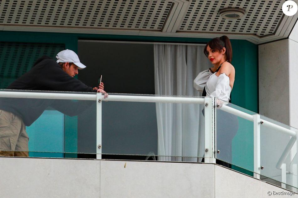 Exclusif - Nabilla Benattia enceinte et son mari Thomas Vergara au balcon de l'hôtel Martinez lors du 72ème Festival International du Film de Cannes, le 17 mai 2019.