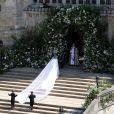 Meghan Markle (en robe de mariée Givenchy et voile de 5 mètres de long), duchesse de Sussex, arrivant en la chapelle St. George au château de Windsor pour son mariage avec le prince Harry le 19 mai 2018.