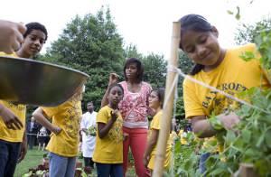 Michelle Obama joue les jardinières à la Maison Blanche... pour nourrir des enfants ! Regardez !