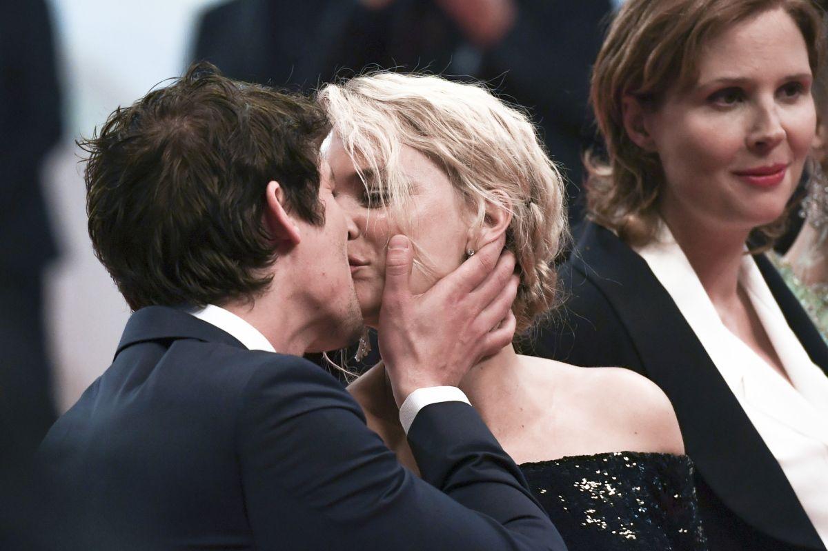 Virginie Efira Et Niels Schneider Tendres Baisers Apres L Incident A Cannes Purepeople