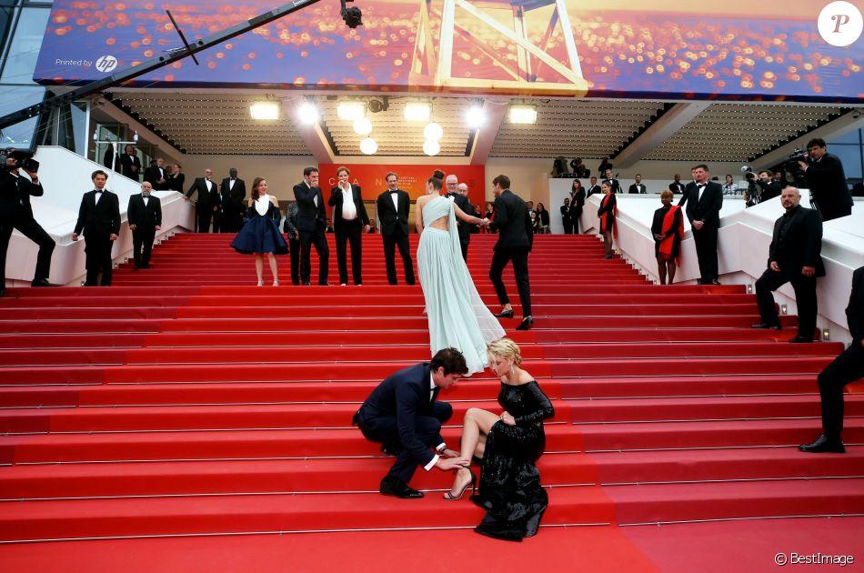 """Niels Schneider, Virginie Efira (accident de lacets) - Montée des marches du film """"Sibyl"""" lors du 72ème Festival International du Film de Cannes. Le 24 mai 2019 © Jacovides-Moreau / Bestimage"""