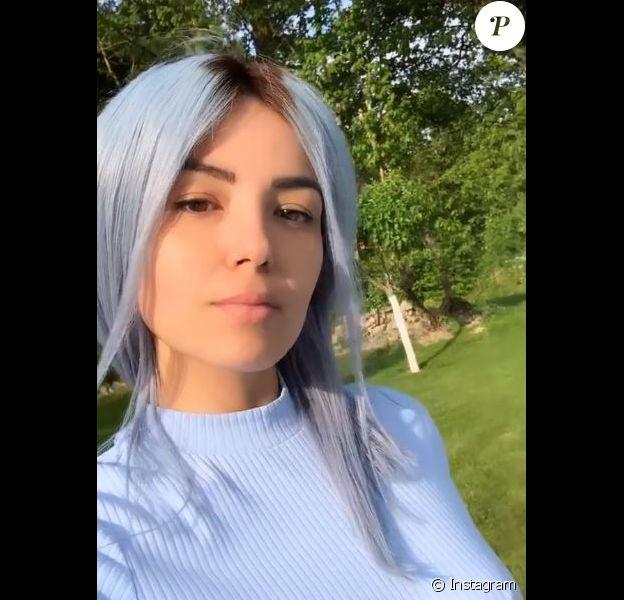 Agathe Auproux choisit de porter une nouvelle perruque... Bleue !