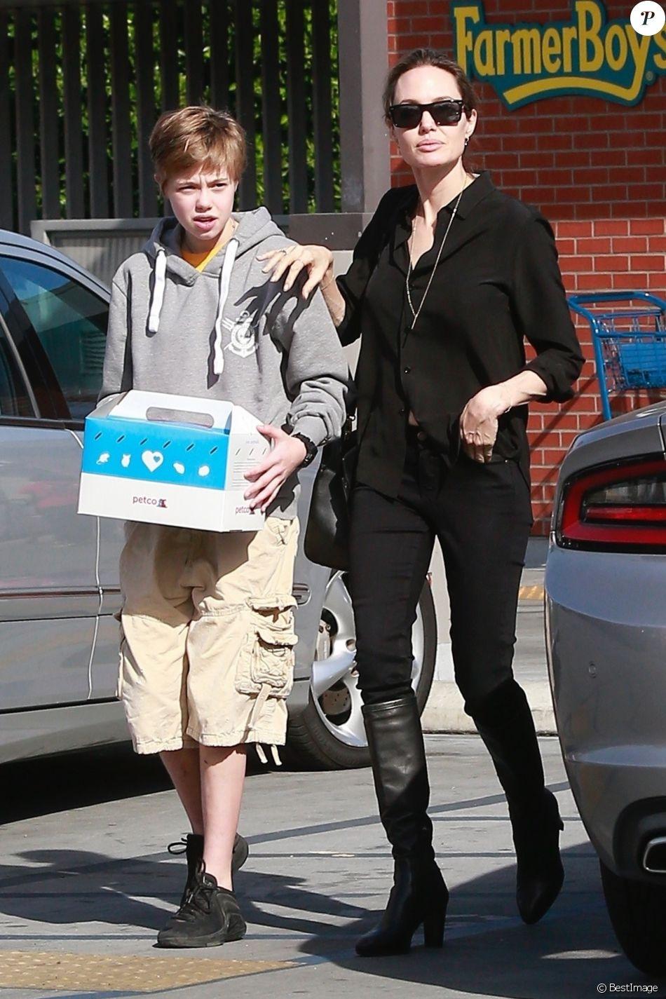 Angelina Jolie et sa fille Shiloh sont allées acheter un chiot dans une animalerie à Los Angeles le 26 janvier 2019.