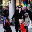 Angelina Jolie avec ses filles Zahara et Shiloh à New York en 2010.