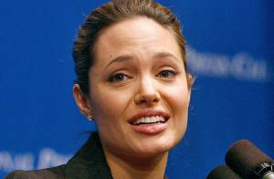 Angelina Jolie, émue aux larmes... ne dit pas non aux adoptions ! Regardez !