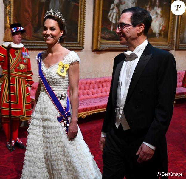 Kate Middleton, duchesse de Cambridge, en Alexander McQueen, arrivant avec le secrétaire d'Etat au Trésor américain Stephen Mnuchin au dîner de gala donné le 3 juin 2019 au palais de Buckingham par la reine Elizabeth II en l'honneur de la visite officielle du président américain Donald Trump et son épouse Melania Trump.