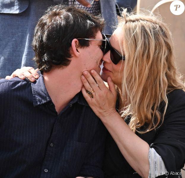 Virginie Efira et Niels Schneider, très amoureux, à Roland-Garros le 8 juin 2019.