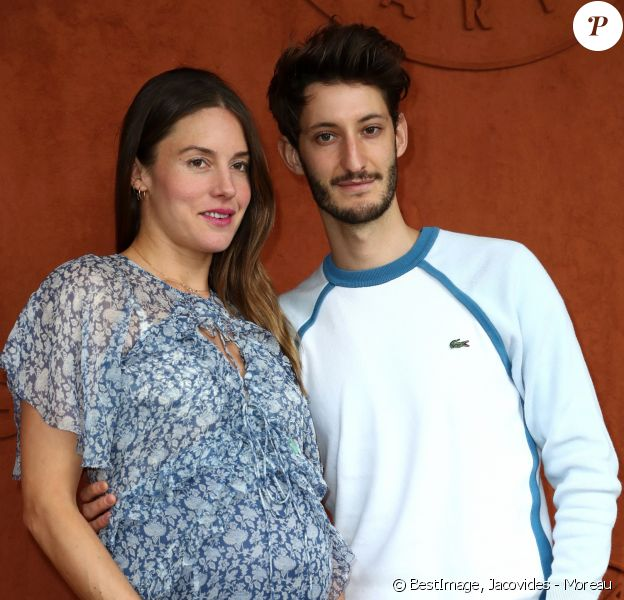 Pierre Niney et sa compagne Natasha Andrews enceinte de leur 2 ème enfant - People au village pour la finale hommes lors des internationaux de France de tennis de Roland Garros 2019 à Paris le 9 juin 2019. © Jacovides - Moreau / Bestimage