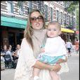 Le top model brésilien Alessandra Ambrosio et sa fille Anja Louise, lors d'une promenade à Greenwich Village, à New York, en juin 2009 !