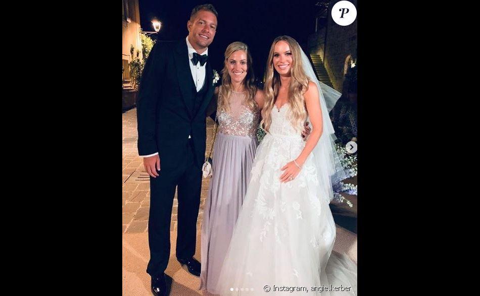 La joueuse de tennis Angelique Kerber pose avec Caroline Wozniacki et David Lee lors de leur mariage célébré en Toscane le 15 juin 2019.
