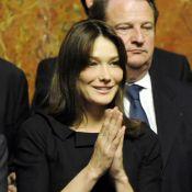 """Quand Carla Bruni, très chic et attentive... soutient son """"chouchou"""" pour son discours à Versailles !"""