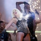 Lady GaGa s'enflamme complètement, surtout au niveau... des seins ! Regardez la vidéo !