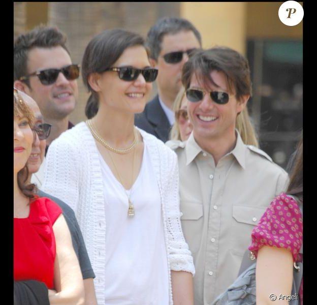 Katie Holmes et Tom Cruise lors de l'inaugration de l'étoile de Cameron Diaz sur le Walk of Fame à Hollywood le 22 juin 2009 : les amoureux sont assortis, pantalon beige pour l'une, chemise beige pour l'autre