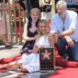 Sofia Vassilieva et Nick Cassavetes entourant Cameron Diaz lors de l'inaugration de son étoile sur le Walk of Fame à Hollywood le 22 juin 2009 : le réalisateur et les deux actrices de Ma vie pour la tienne