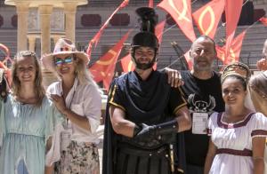 Laeticia Hallyday : Sa joyeuse virée au Puy du Fou avec Jade, Joy et Jean Reno
