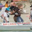 Melanie Griffith quitte son yacht à Formentera pour une balade sur la terre ferme le 4 juillet 2019.