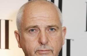 Peter Gabriel au Midem avec une jambe cassée