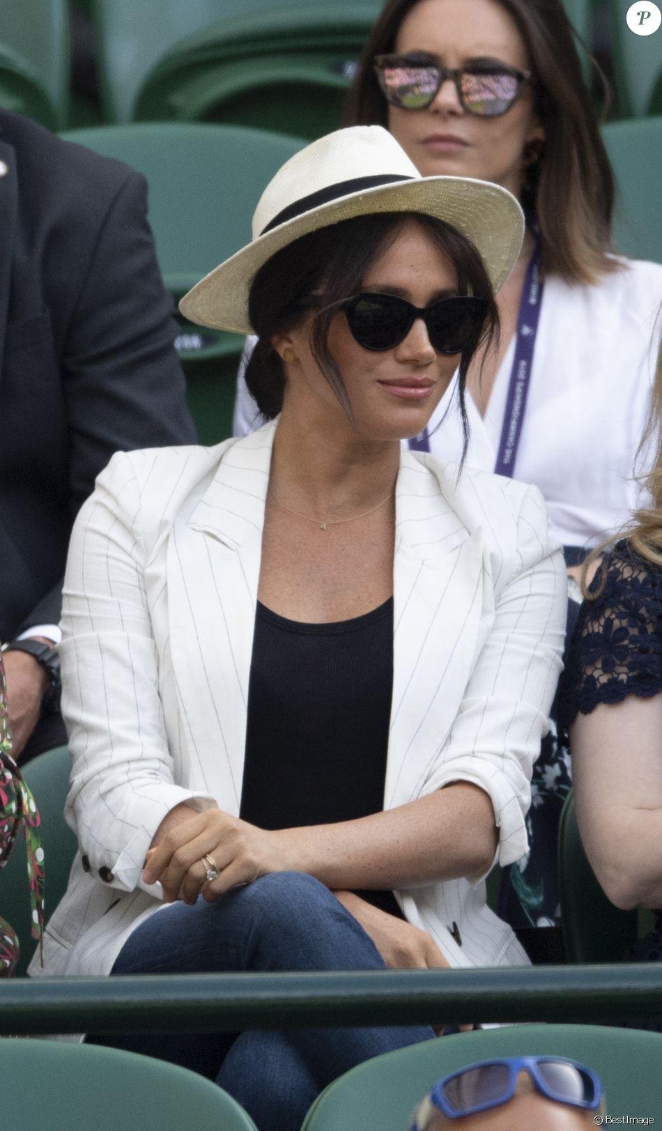 """Meghan Markle, duchesse de Sussex, assiste au match """"Serena Williams vs Kaja Juvan (2/6 - 6/2 - 6/4)"""" au Tournoi de Wimbledon 2019, le 4 juillet 2019."""
