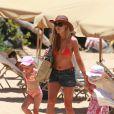 La belle Denise Richards, en vacances à Hawaii avec ses deux adorables fillettes, le 24 juin 2009 !