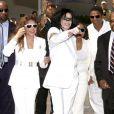 Michael Jackson soutenues par ses soeurs Janet et LaToya, lors de son procès en 2004.