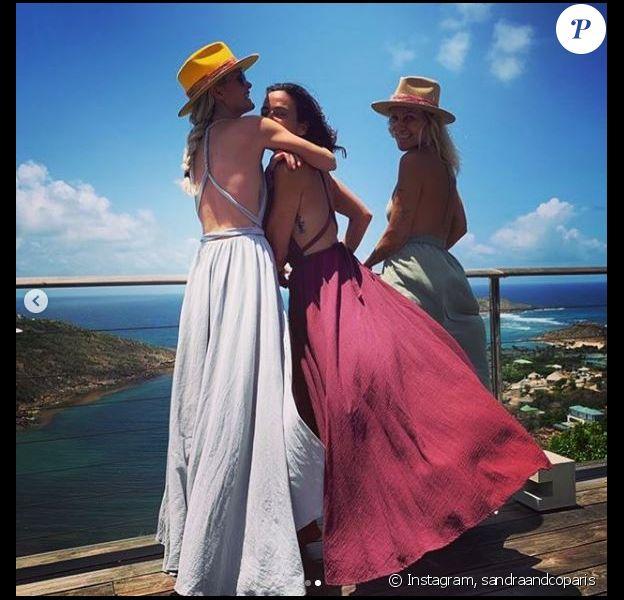 Laeticia Hallyday, Sandra Sisley et Liliane Jossua en robes dos nu lors de vacances à Saint-Barthélemy le 16 juillet 2019.