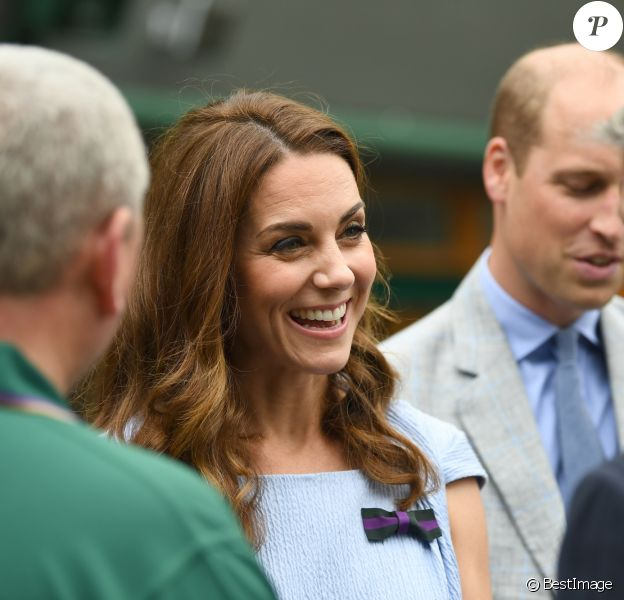 Le prince William, duc de Cambridge, et sa femme Catherine (Kate) Middleton, duchesse de Cambridge, rencontrent le staff du tournoi à leur arrivée à Wimbledon pour assister à la finale Federer vs Djokovic, à Londres le 14 juillet 2019.