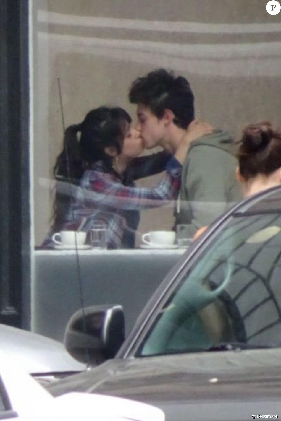 Camila Cabello et Shawn Mendes s'embrassent dans un café à San Francisco en Californie. Les interprètes de 'Senorita' semblent sortir du lit. 13/07/2019 - San Francisco