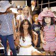 Elisabetta Gregoraci défile avec des enfants pour le Pitti Immagine Bimbo, à Florence (Italie)