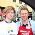 """Kevin McKidd et son fils Joseph - Les personnalités distribuent de la nourriture pour """"Los Angeles Mission"""", le 21 décembre 2018 Los Angeles"""