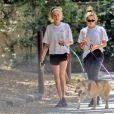 Cara Delevingne et sa compagne Ashley Benson ont été aperçues en train de promener leurs chiens dans les rues de Studio City, le 29 mai 2019.