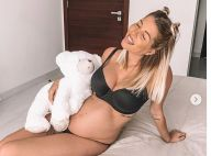 Jessica Thivenin enceinte : sublime en soutien-gorge, elle pose avec son doudou