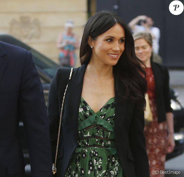 Meghan Markle a osé un décolleté profond en robe Self-Portrait lors d'une réception organisée à l'ambassade australienne à Londres, le 21 avril 2018.