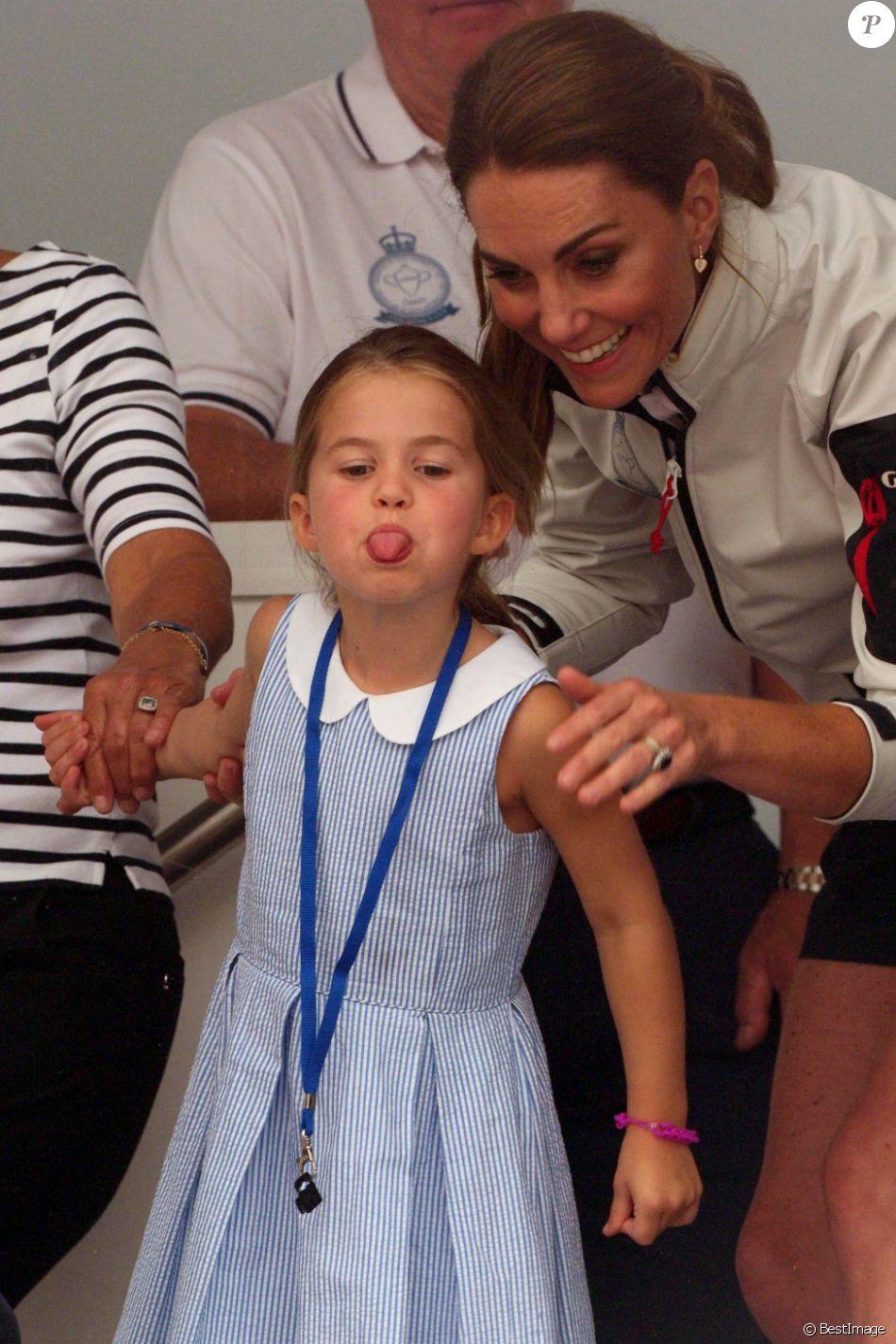 La princesse Charlotte de Cambridge tire la langue pendant la remise de prix de la régate King's Cup à Cowes le 8 août 2019.