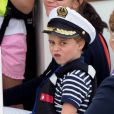 Le prince George et la princesse Charlotte de Cambridge sur un bateau lors de la King's Cup à Cowes le 8 août 2019.