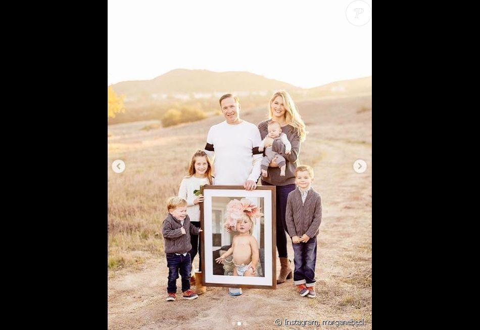Bode Miller avec son épouse Morgane Beck Miller, ses quatre enfants, et un portrait de sa fille décédée Emeline. Instagram, le 25 décembre 2018.
