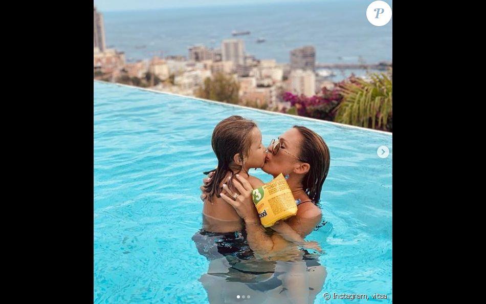 Vitaa en maman câline avec son fils Adam lors de leurs vacances à Monaco le 13 août 2019.