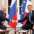 Le président Emmanuel Macron accueille le président Vladimir Poutine au Fort de Brégançon avant un point presse commun le 19 août 2019. © Dominique Jacovides / Bestimage