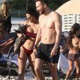 David Guetta et sa compagne Jessica Ledon, qui arbore un diamant à l'annulaire gauche, passent du bon temps sur la plage en compagnie de leur petit chien. Miami, le 23 novembre 2018.