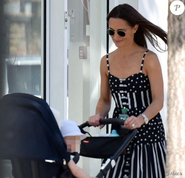 Pippa Middleton dans le quartier de Chelsea avec son fils Arthur, 10 mois. Le 22 août 2019.