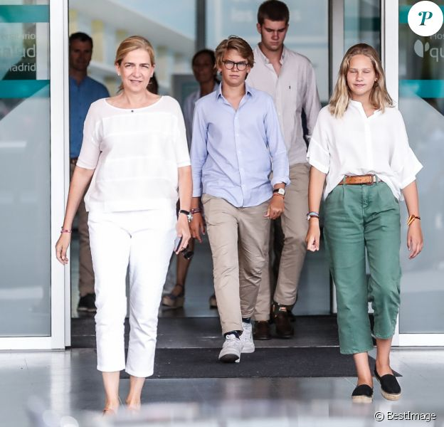 L'infante Cristina d'Espagne, accompagnée de trois de ses quatre enfants, Juan Valentin, Miguel et Irene, a rendu visite à son père le roi Juan Carlos Ier d'Espagne à l'hôpital Quiron près de Madrid le 26 août 2019, où il était en convalescence suite à son triple pontage coronarien deux jours plus tôt.