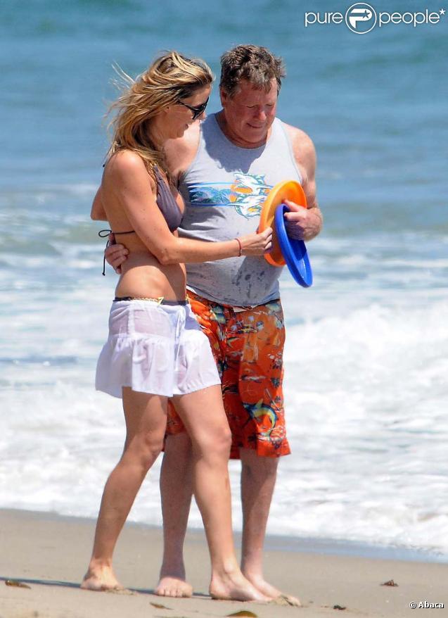 Ryan O'Neal reprend goût à la vie avec un Frisbee... et une jolie fille !
