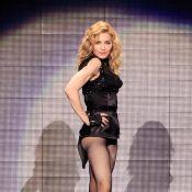 Madonna : pour rendre hommage à Michael Jackson, elle fait danser son sosie sur scène ! Regardez !