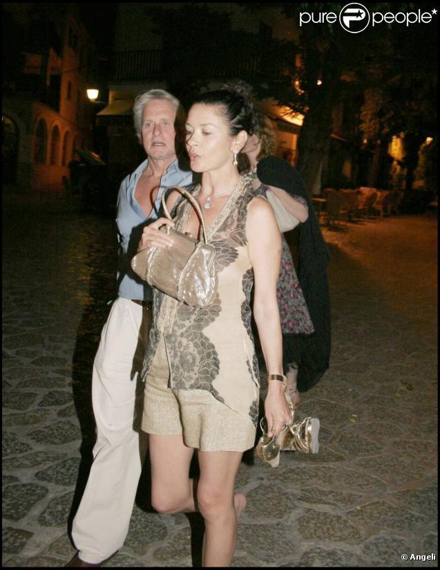 Catherine Zeta-Jones et Michael Douglas passent leurs vacances à Majorque avec un couple d'amis.