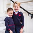 Charlotte et George de Cambrige le jour de leur rentrée des classes prennent la pose à Kensington Palace, le 5 septembre 2019.
