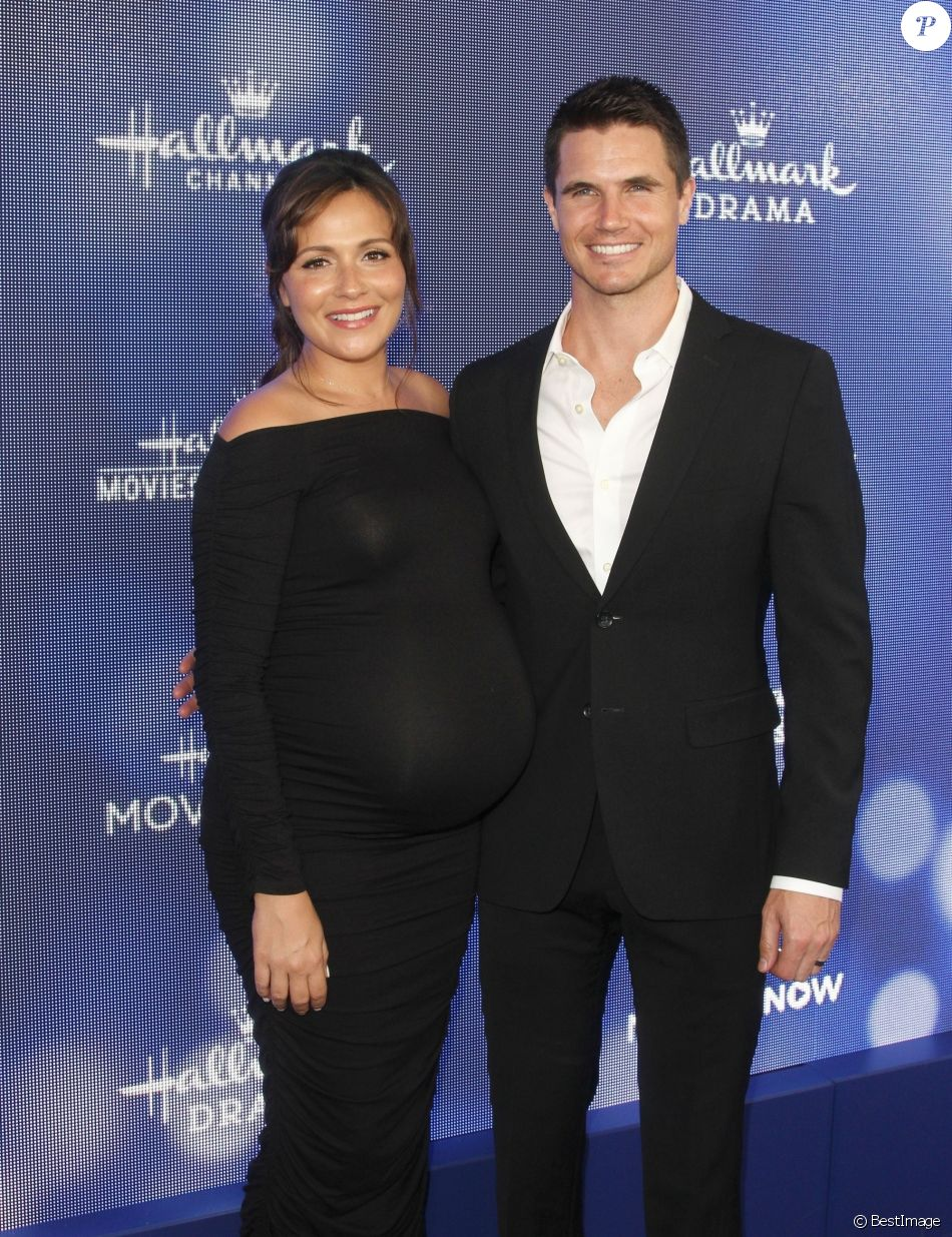 Italia Ricci enceinte et son mari Robbie Amell à la soirée Hallmark Movies and Mysteries 2019 dans une résidence privée du quartier de Beverly Hills à Los Angeles, le 26 juillet 2019  Hallmark Channel and Hallmark Movies and Mysteries 2019 Summer TCA held at a private residence in Beverly Hills, California. 26th july 201926/07/2019 - Los Angeles