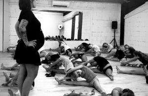 Alizée enceinte et businesswoman : ventre très arrondi pour faire de la promo