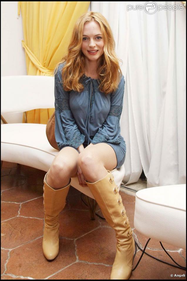 Heather Graham, robe bleue et bottes, divine...