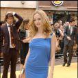 """Heather Graham irradie l'avant-première de """"Very Bad Trip"""" dans une robe bleue très... seyante !"""