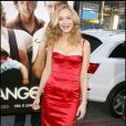 Heather Graham so glamour dans sa robe-bustier rouge, assortie au tapis...
