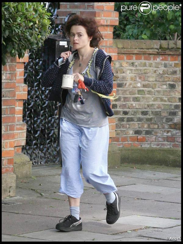 Helena Bonham Carter marche près de sa maison à Londres le 9 juillet 2009